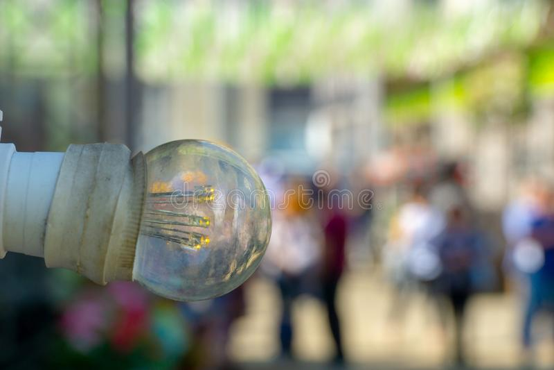 古板的爱迪生电灯泡垂悬到墙壁 库存照片