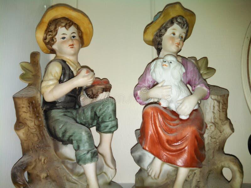 古板的男孩和女孩小雕象 图库摄影