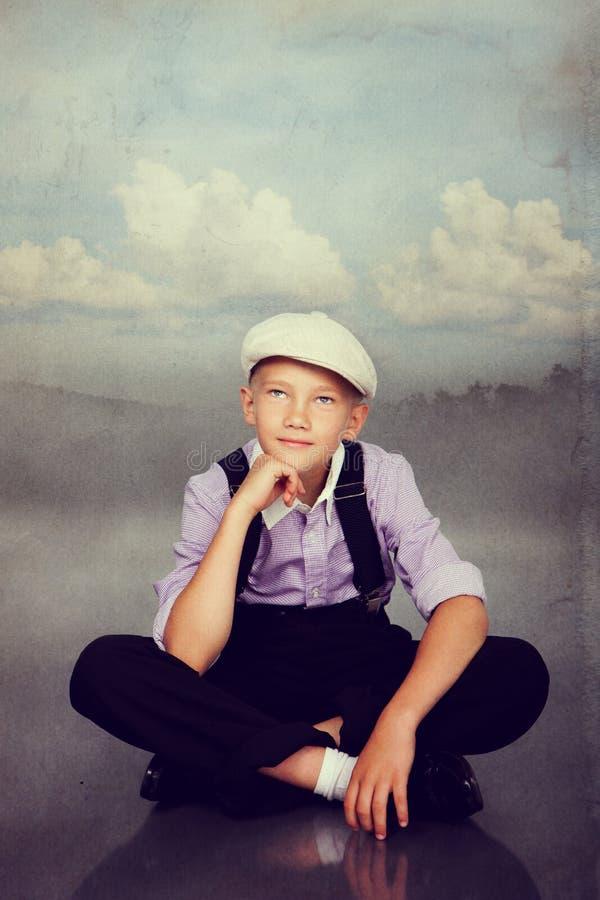 古板的男孩开会 在减速火箭的样式的照片 免版税库存图片