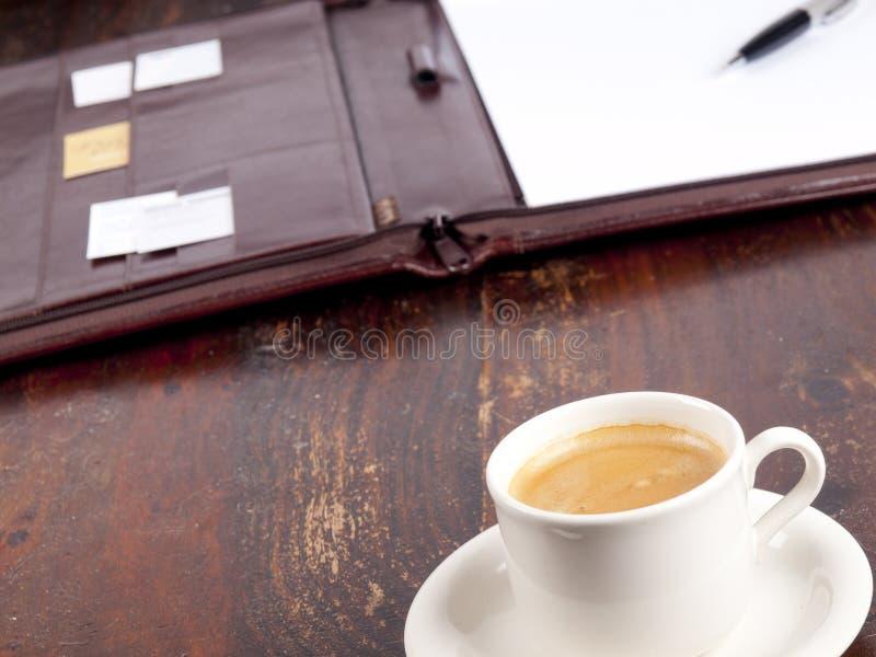 古板的皮革文件夹用咖啡 库存照片