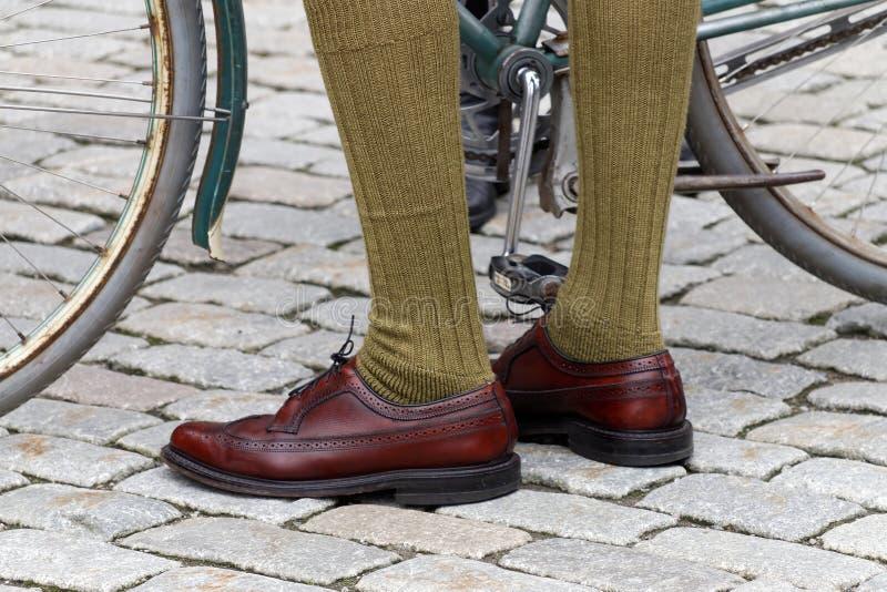 古板的皮鞋和绿色长袜特写镜头  免版税库存照片