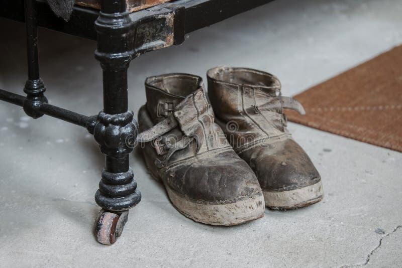 古板的皮鞋在一个水泥地板上站立在旁边 免版税库存图片