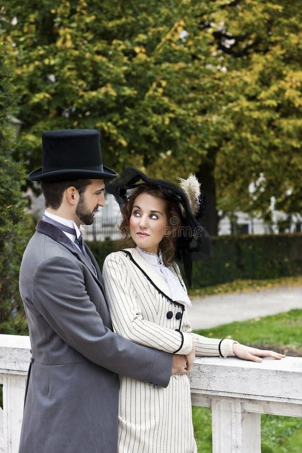 古板的穿戴的夫妇在公园 免版税库存图片