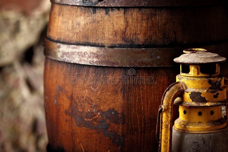 古板的轻的煤油提灯样式油灯和桶 特写镜头 免版税库存照片