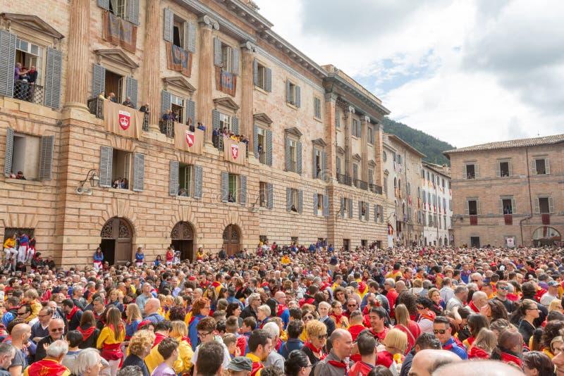 古比奥,意大利- 2016年5月15日-人群在重创的广场,古比奥聚集,观看每年费斯塔dei采里奇 免版税库存照片