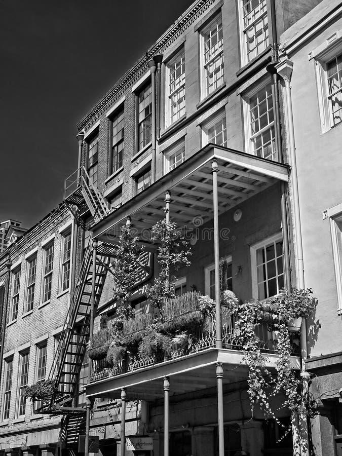 古法语与花的处所大厦在B&W和大农场主 库存照片