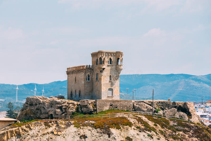 古老中世纪城堡塔在塔里法角,安大路西亚西班牙 库存图片