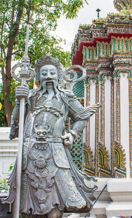 古老中国战士邪魔石头statuesat Wat Pho 免版税库存照片