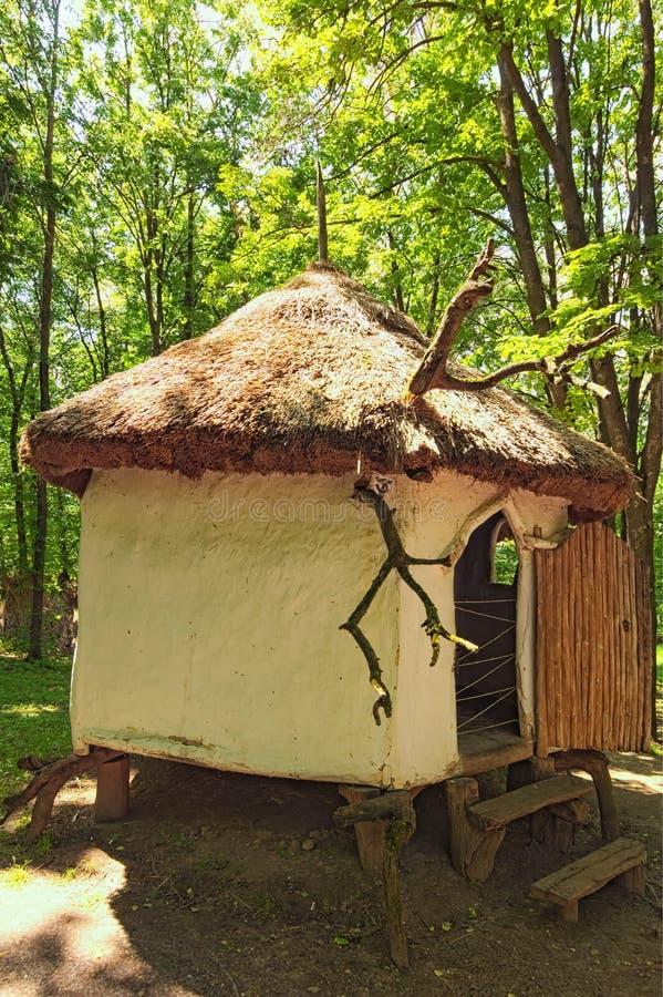 古老乌克兰的历史大厦的概念 愈疗者保留他们的医药草本的小屋 库存图片
