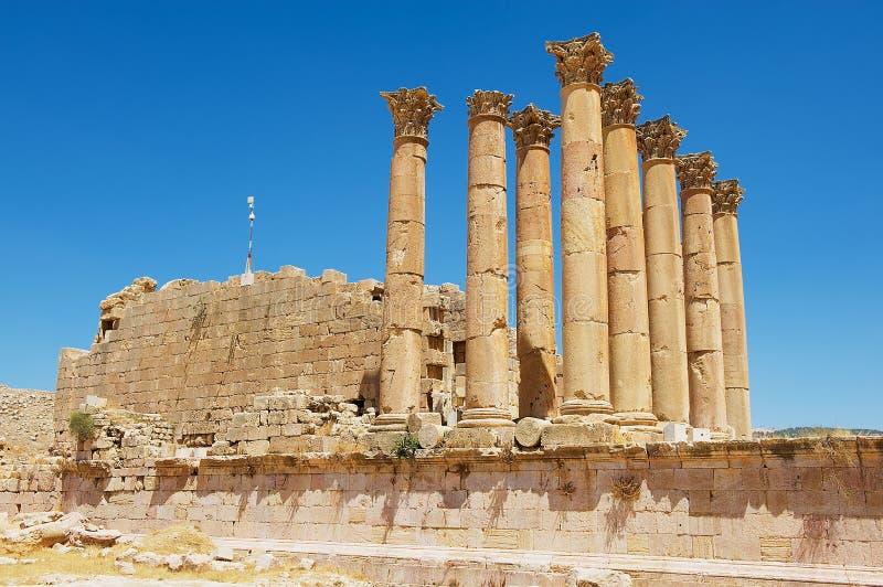 古老亚底米神庙的废墟和专栏罗马市Gerasa现代杰拉什在约旦 库存照片