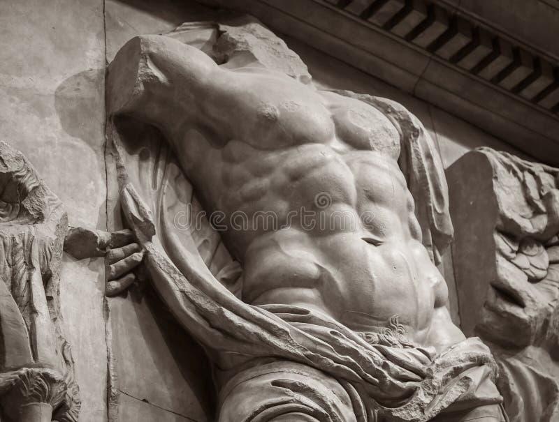 古老人肌肉躯干大理石浅浮雕  库存图片