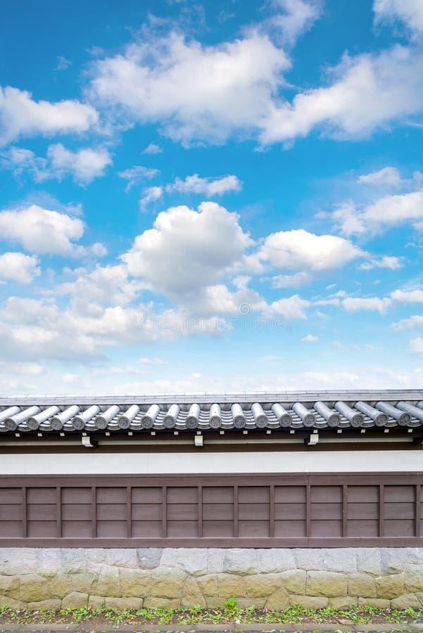 古老传统日本石墙和老铺磁砖的屋顶从 库存图片