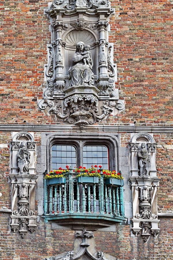古老佛兰芒大教堂的外在装饰的片段 免版税图库摄影