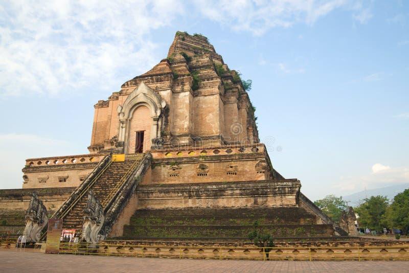 古老佛教寺庙Wat Chedi Luang的巨型stupa的废墟 清迈,泰国 免版税图库摄影