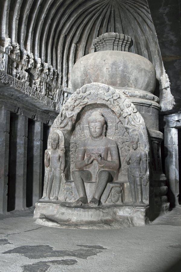 古老佛教徒里面岩石雕象寺庙 免版税库存图片