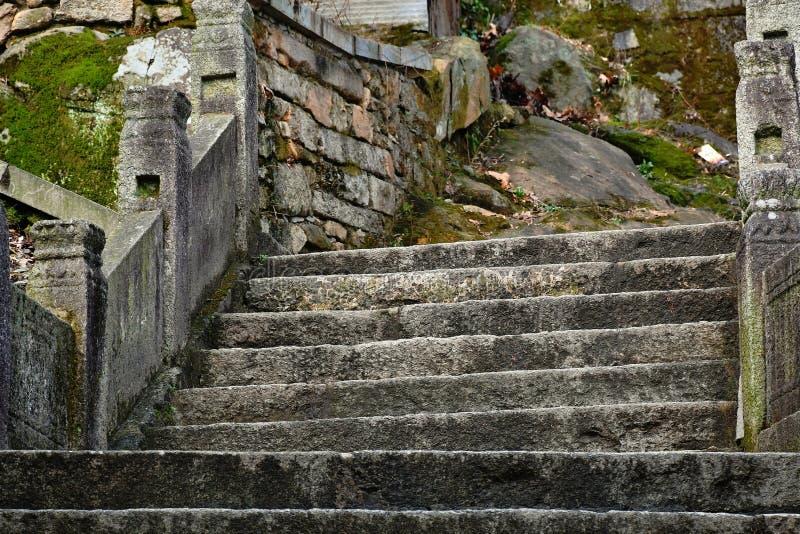 古老供徒步旅行的小道,生锈的板岩,告诉时间的无情 库存图片