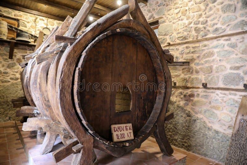 古老修士简单的生活  1200公升存放的水木桶在Varlaam修道院从东部的迈泰奥拉的 免版税库存照片