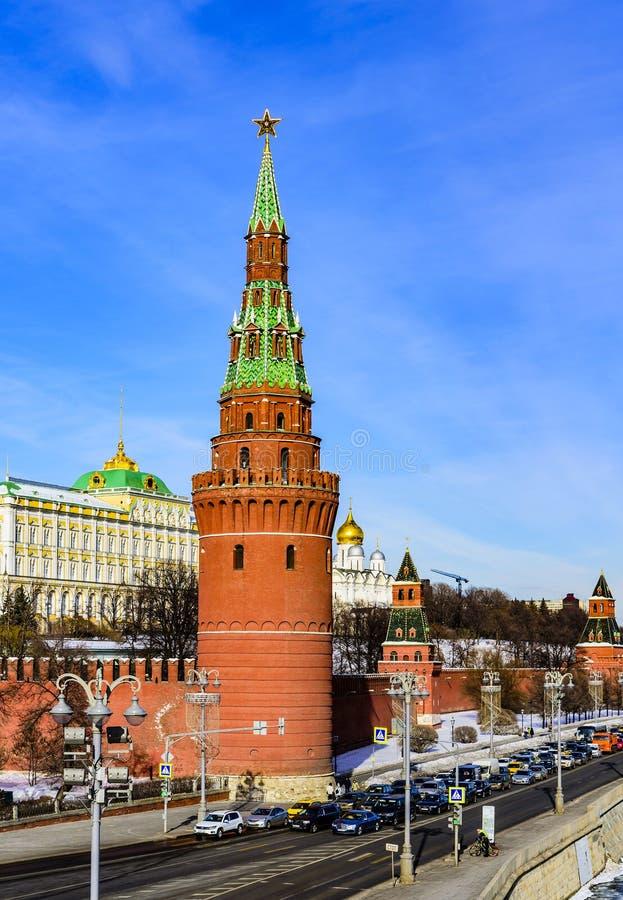 古老克里姆林宫的Vodovzvodnaya塔在早期的春天在一个晴天 莫斯科俄国 库存照片