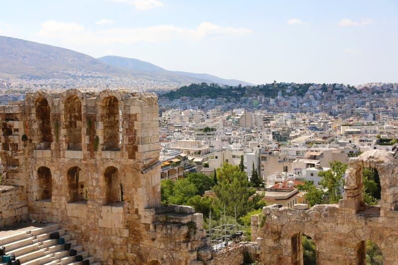 古老剧院废墟上城的有Athenas都市风景的  Herodes埃迪克Odeon在南倾斜的 免版税库存图片