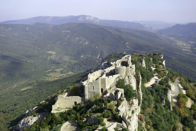 古老卡特里派城堡Peyrepertuse的一幅全景 图库摄影