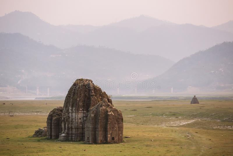 古老印度寺庙在Gobind Sagar湖床上在比拉斯布尔,喜马偕尔邦 免版税库存照片