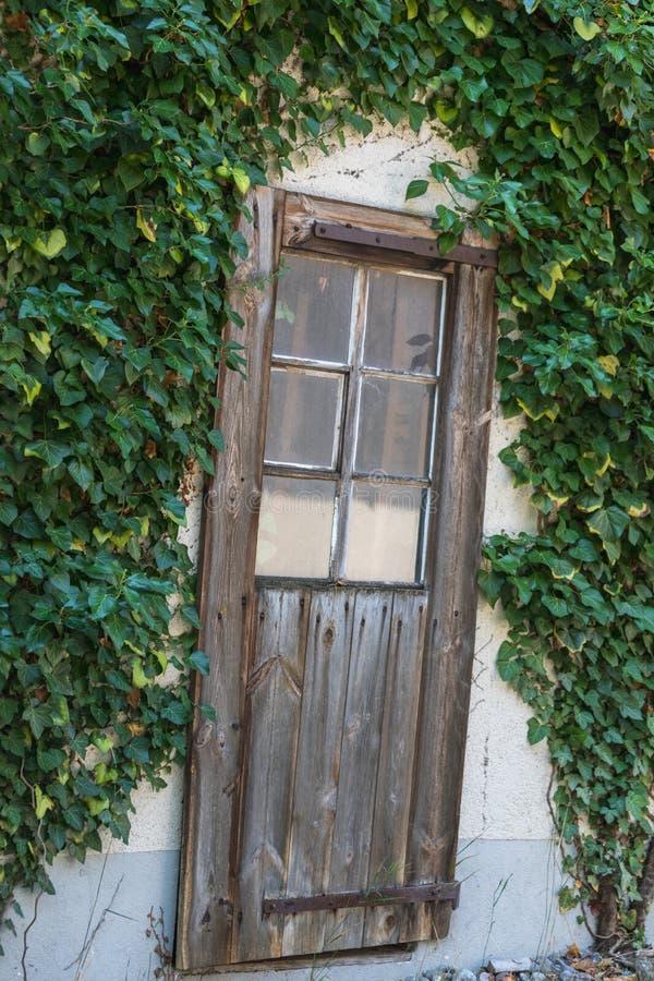 古老古色古香木在一个老房子里 免版税库存照片