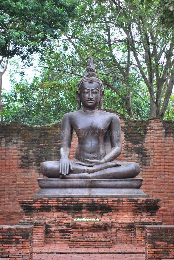 古老古铜色菩萨雕象是由信仰创造的在从自古以来存在对礼物的佛教 免版税库存图片
