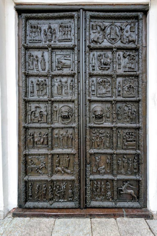 古老古铜色门在Veliky诺夫哥罗德(诺夫哥罗德伟大) 免版税库存图片