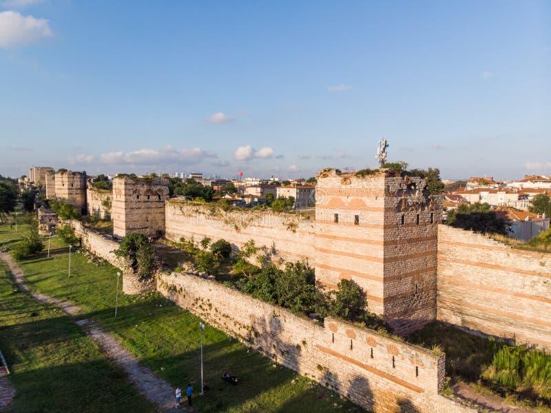 古老君士坦丁堡` s墙壁空中寄生虫视图在伊斯坦布尔/拜占庭式的君士坦丁堡入口的致力到贝尔格莱德 免版税库存图片