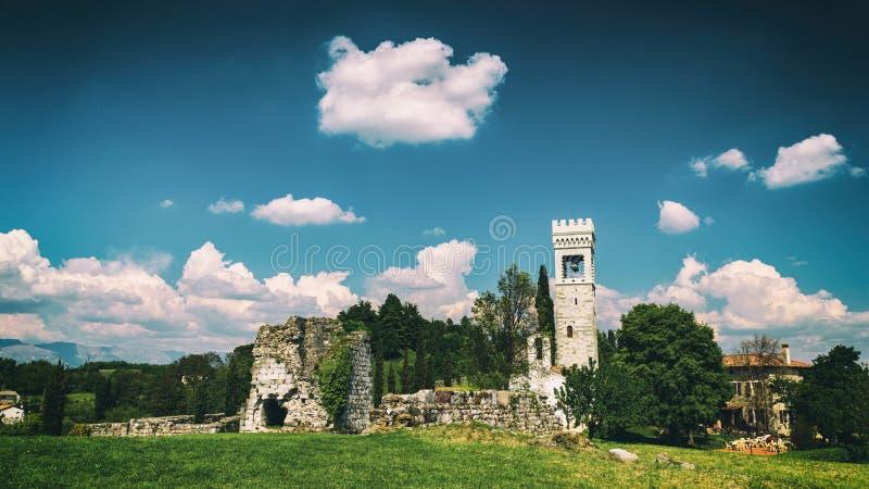 古老和被破坏的城堡在意大利乡下 免版税库存图片