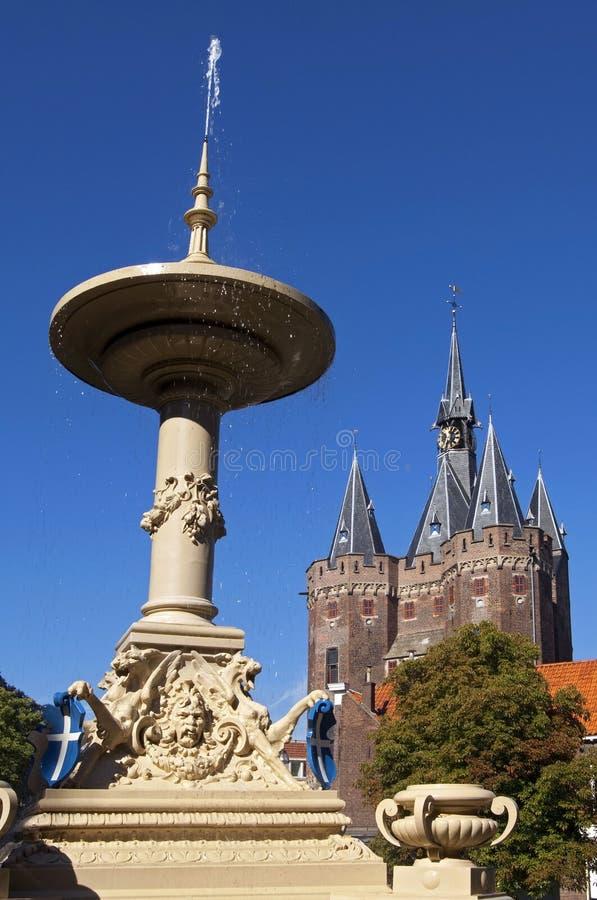 古老喷泉和城市门在兹沃勒 图库摄影