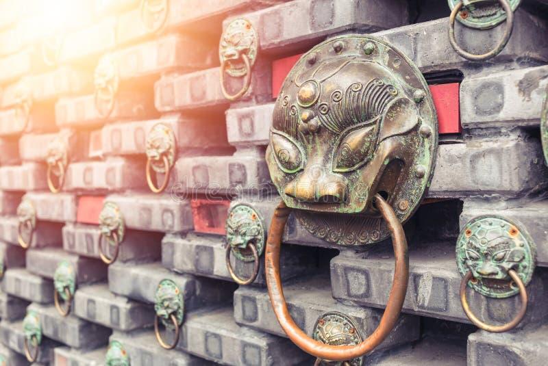 古老在砖墙上位于的铁狮子顶头通道门环 ?? 库存照片