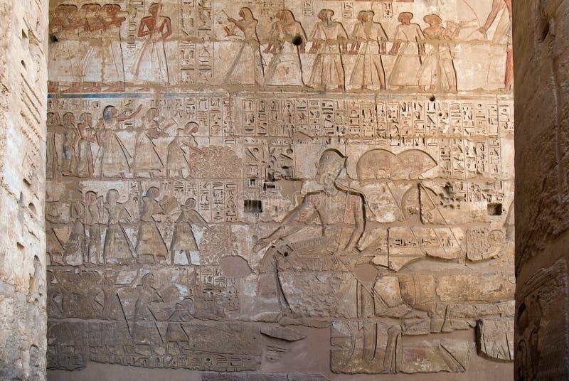 古老埃及象形文字的浅浮雕 库存图片