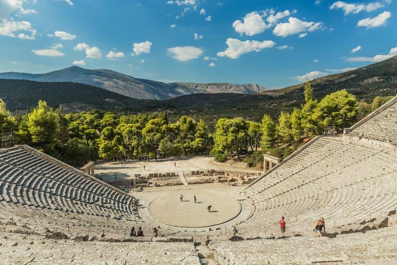 古老埃皮达鲁斯,希腊- 2016年9月:游人在剧院 库存照片