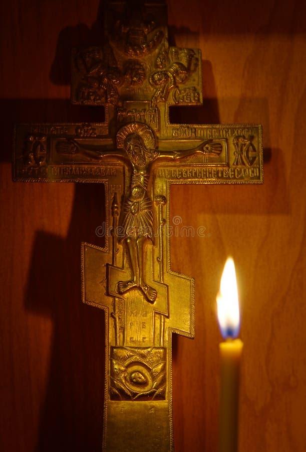 古老基督徒十字架和灼烧的蜡烛 免版税图库摄影