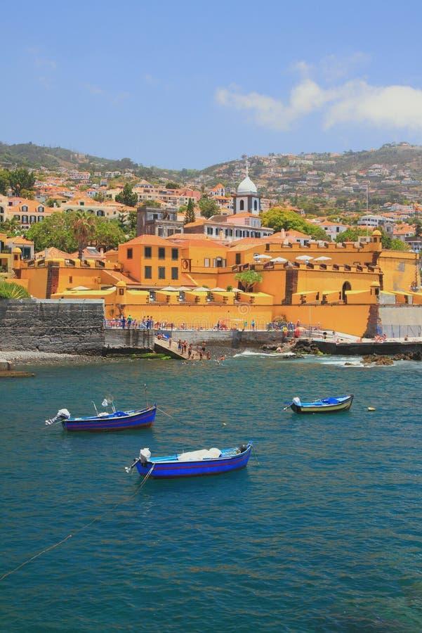古老堡垒、城市海滩和渔船 丰沙尔马德拉岛葡萄牙 库存图片