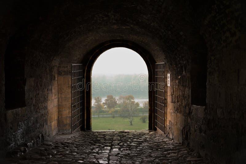 古老堡垒门-从黑暗到光 免版税图库摄影