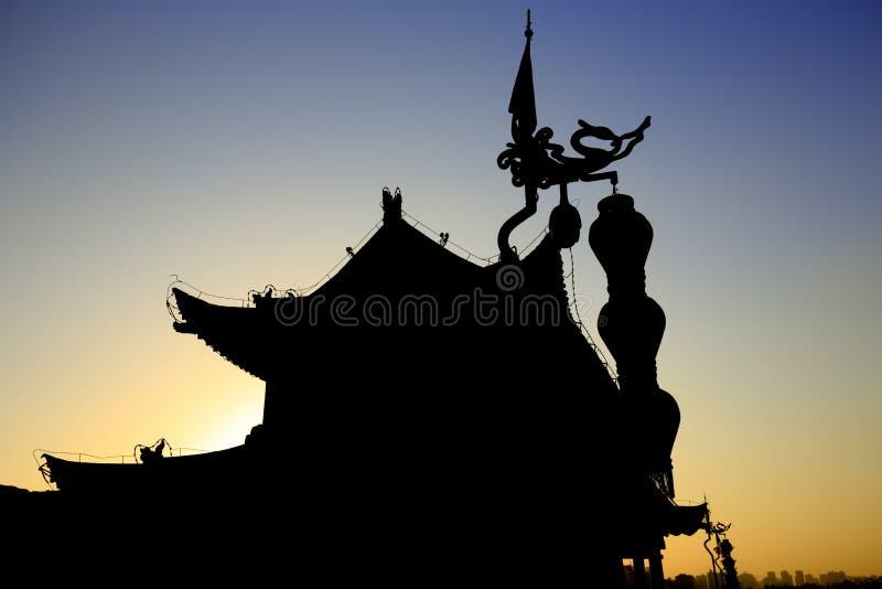 古老塔楼剪影在xian市墙壁上的 免版税库存照片