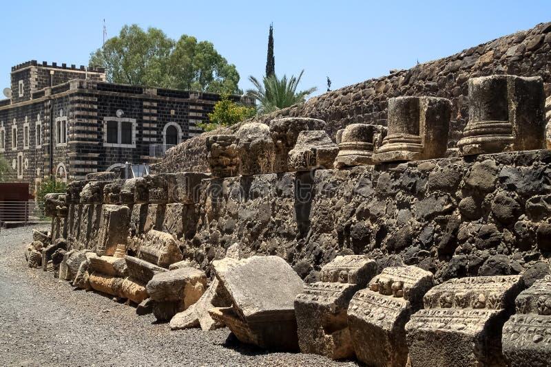 古老墙壁和迦百农镇的考古学遗骸  免版税库存图片