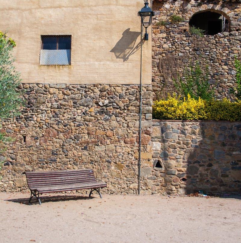 古老墙壁的其余的长凳 免版税库存图片