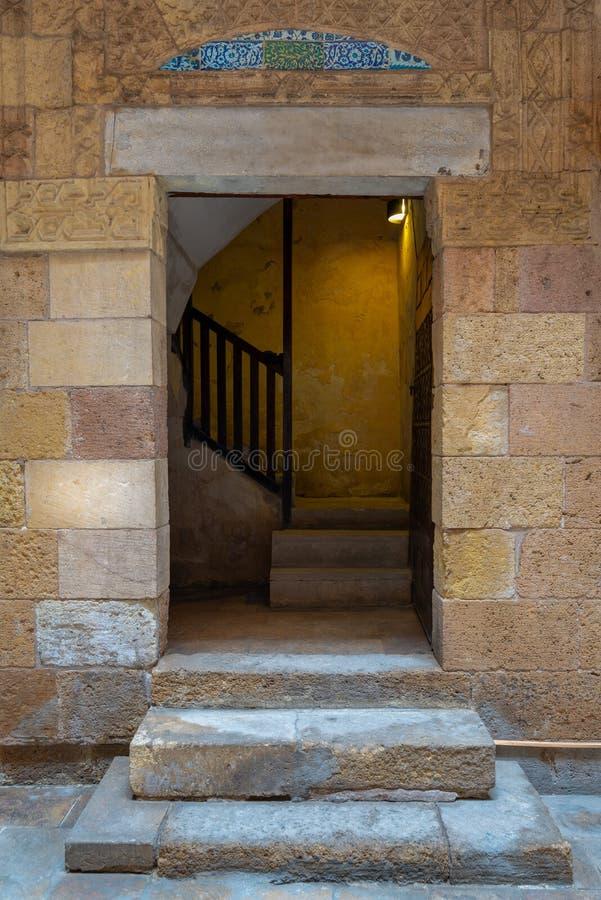 古老外在老装饰的砖石墙和门道入口,开罗,埃及 库存图片