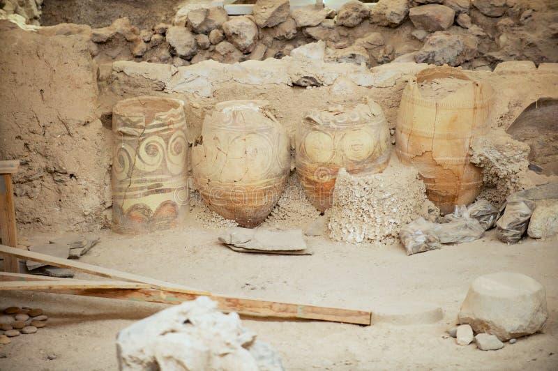 古老大厦和装饰的瓦器的废墟从米诺青铜时代考古学站点的在Akrotiri,希腊 库存照片
