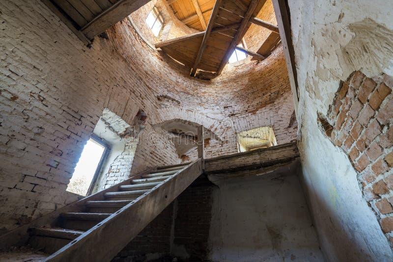 古老大厦大宽敞被抛弃的空的地下室有破裂的涂灰泥的砖墙的,小窗口室或宫殿,肮脏 免版税库存照片