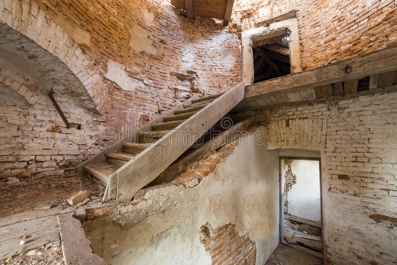 古老大厦大宽敞被抛弃的空的地下室有破裂的涂灰泥的砖墙的,小窗口室或宫殿,肮脏 库存图片