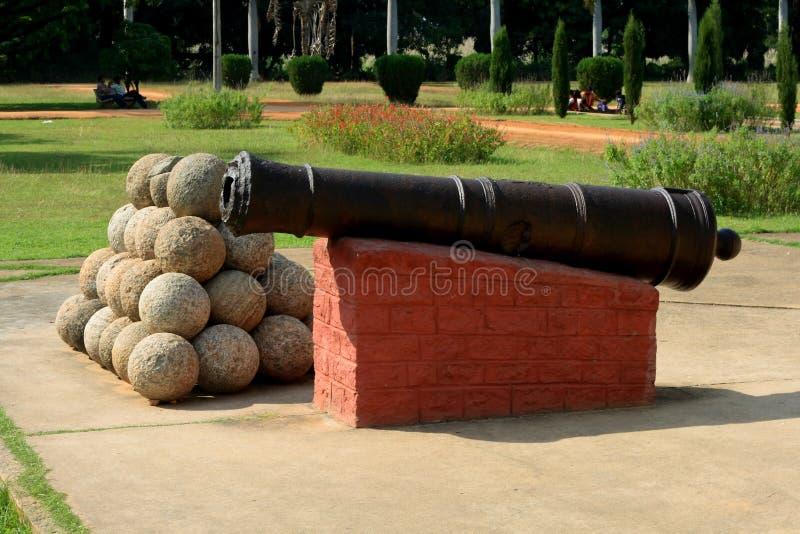 古老大炮和火球 免版税库存照片