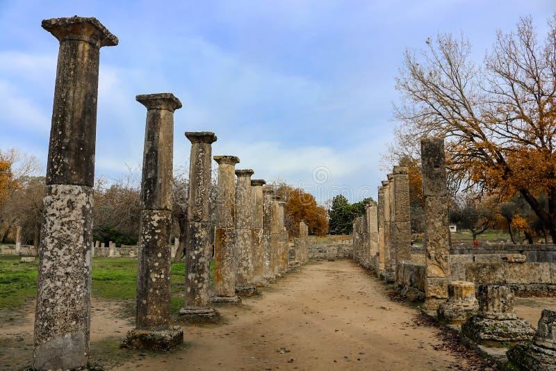 古老奥林匹亚在奥林匹亚希腊训练在宙斯寺庙- colum的底下一半附近的一部分的健身房 免版税图库摄影