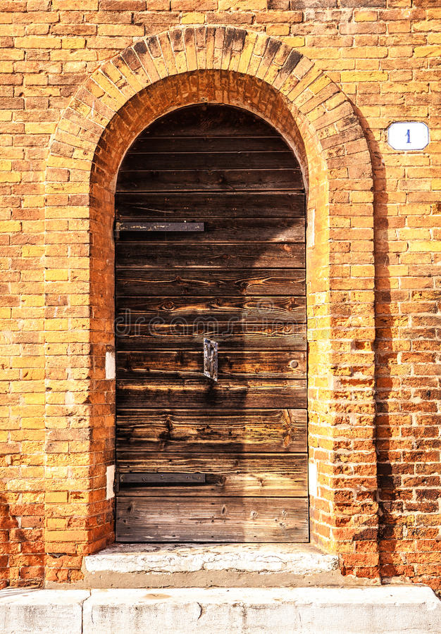 古老威尼斯式木门在晚上 图库摄影
