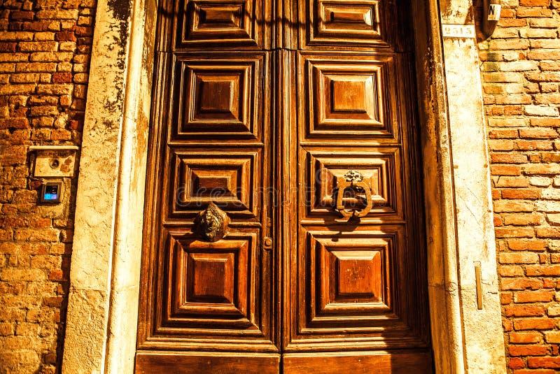 古老威尼斯式木门在晚上 免版税库存图片