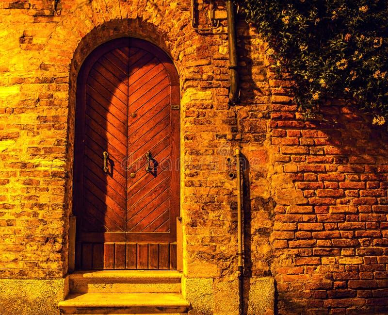 古老威尼斯式木门在晚上 库存照片