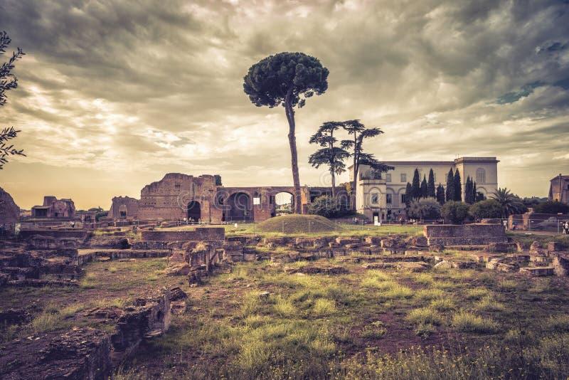 古老宫殿的废墟帕勒泰恩小山的,罗马 免版税库存照片
